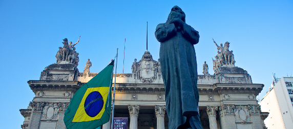 statue of Tiradentes and Brazilian flag outside the Palacio Tiradentes