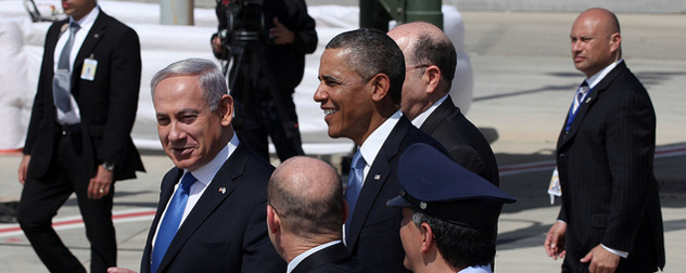 Benjamin Netanyahu and Barack Obama walking with a cameraman and other staff