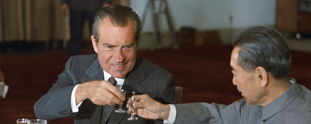 Nixon and Zhou share a toast in 1972
